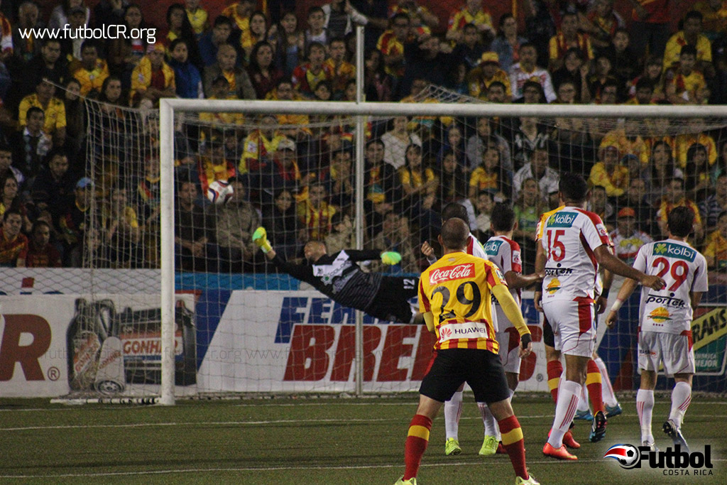 Adrián de Lemos se estira pero es incapaz de desviar el balón en definitiva. Esteban Ramírez marcaba así el primero del juego.
