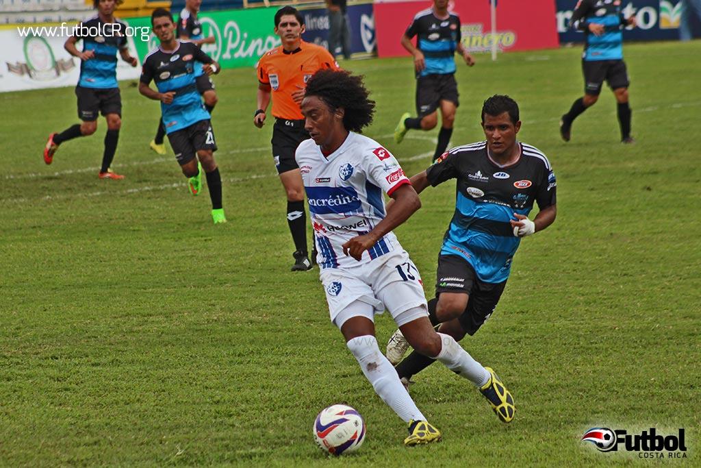 Jameson Scott burla la marca de Luis González durante el segundo tiempo del juego.