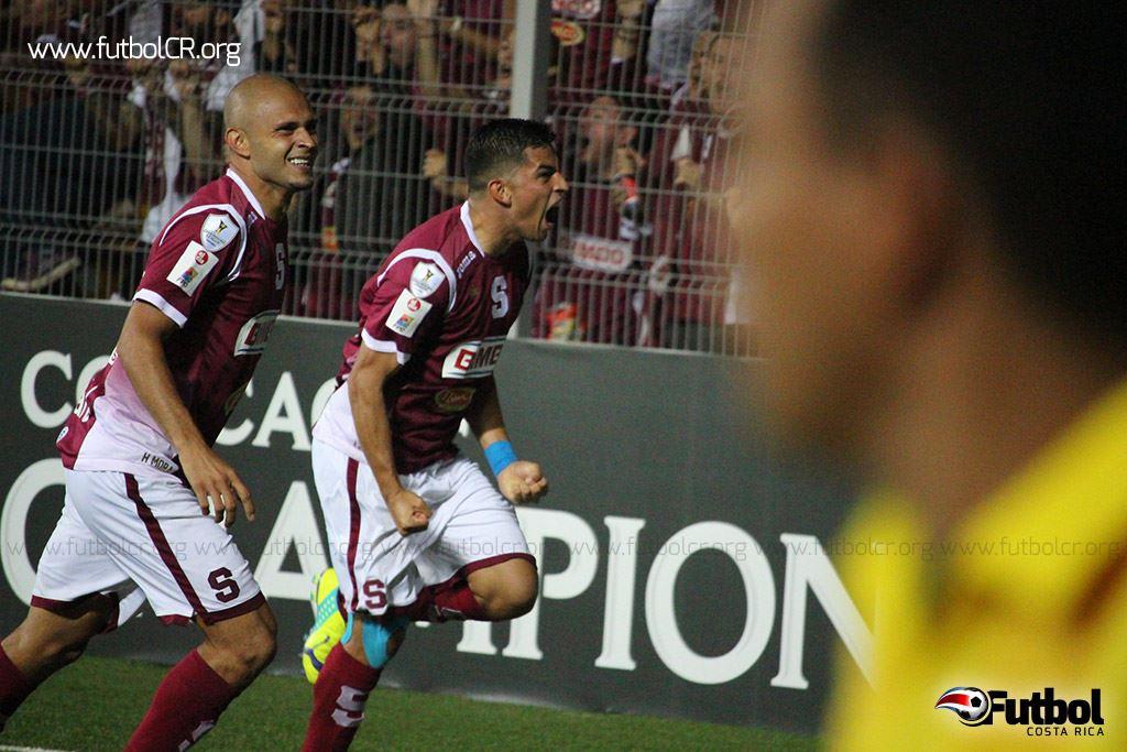 Ariel Rodríguez celebra el gol del gane con el autor del pase, Heiner Mora. Fotografía cortesia de: yashinquesada.com