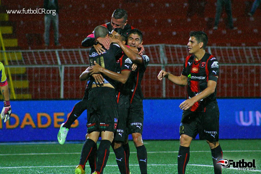 Jean Carlo Agüero celebra el segundo gol del encuentro en gran abrazo con Kenner Gutiérrez.