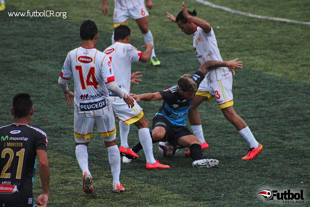 Lucas Carrera es asediado por la defensa belemita durante el segundo tiempo del juego.