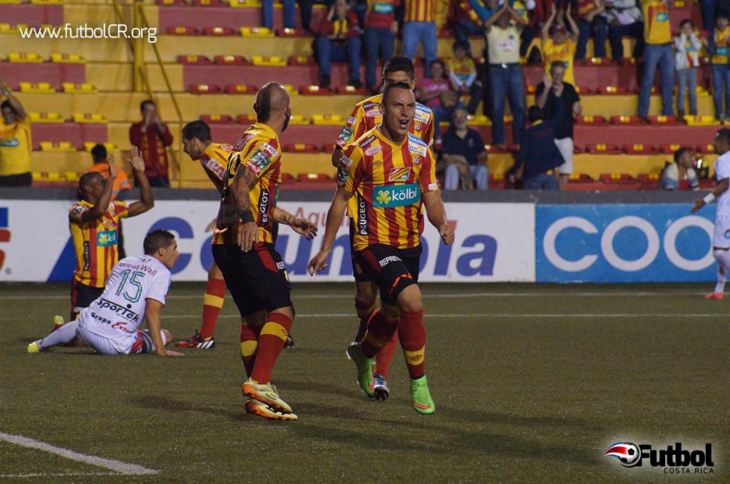 Antonio Pedroza puso el primero del juego con un remate que no pudo contener el arquero.