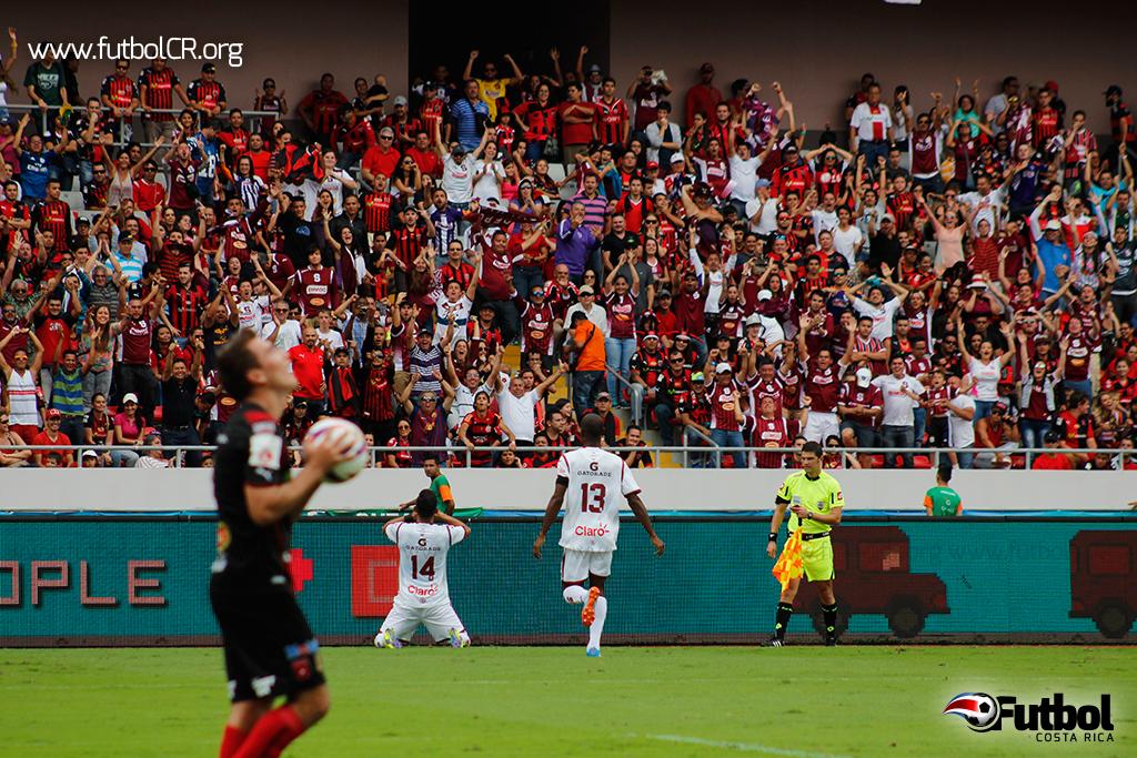 Rodríguez se rinde ante la afición en la celebración del segundo tanto.