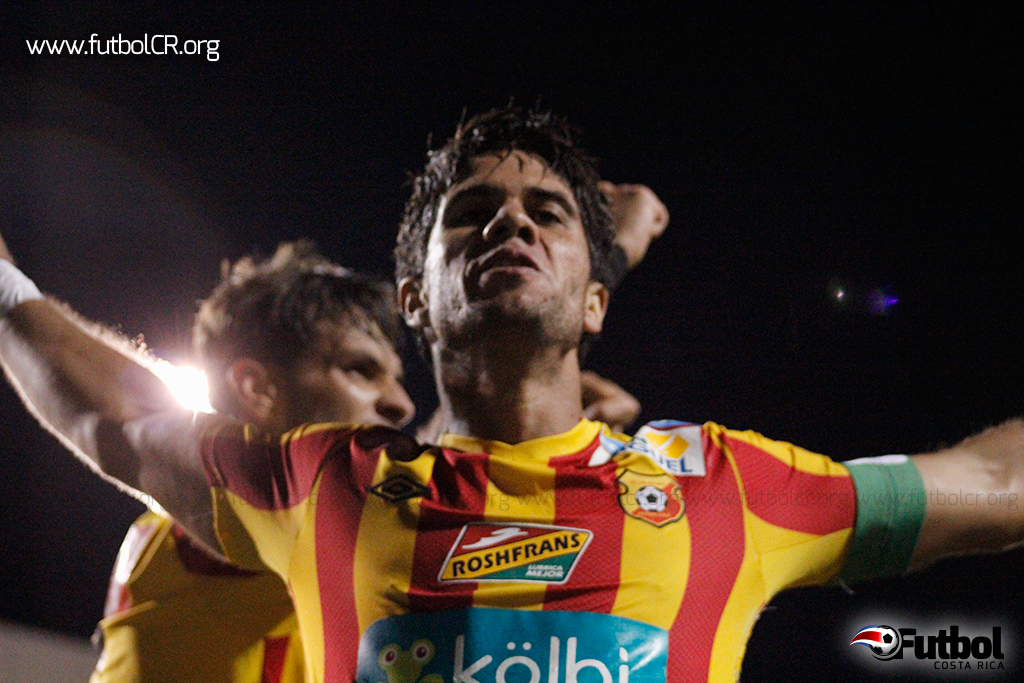 Pablo Salazar celebra el tercer gol del encuentro.