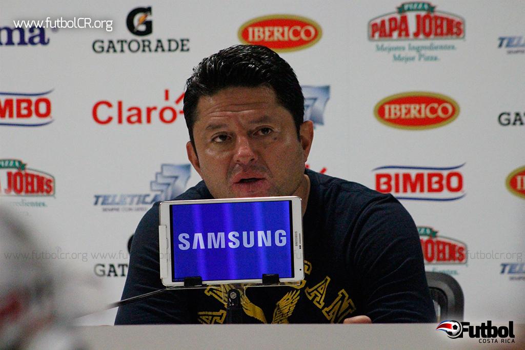 EL técnico florense se mostró molesto luego del juego.