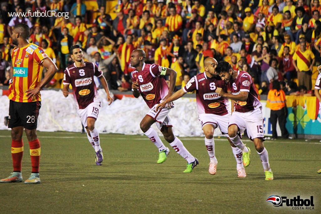 Deyver Vega celebra con Alexander Robinson el gol que selló el título morado. Foto: Imágenes SMC para Futbol Costa Rica