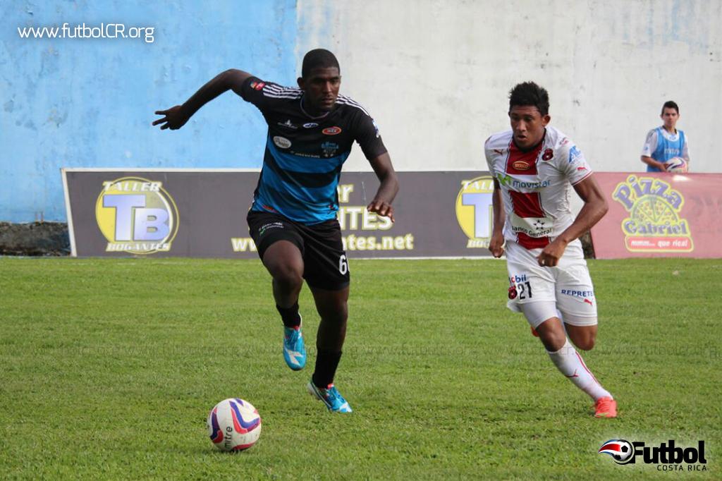 Jhamir Vergara disputa el balón con José Guillermo Ortiz. Foto: Cortesía de yashinquesada.com