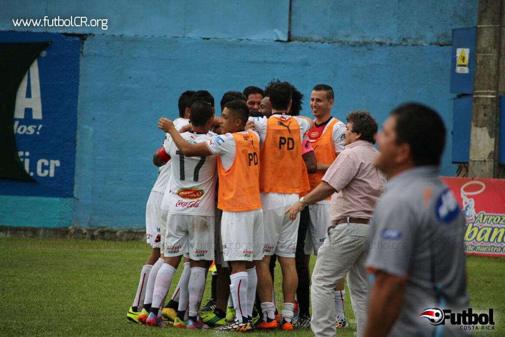 Matarrita celebra el segundo tanto en medio de sus compañeros. En segundo plano Oscar Ramírez y Edgar Carvajal. Foto: Cortesía yashinquesada.com