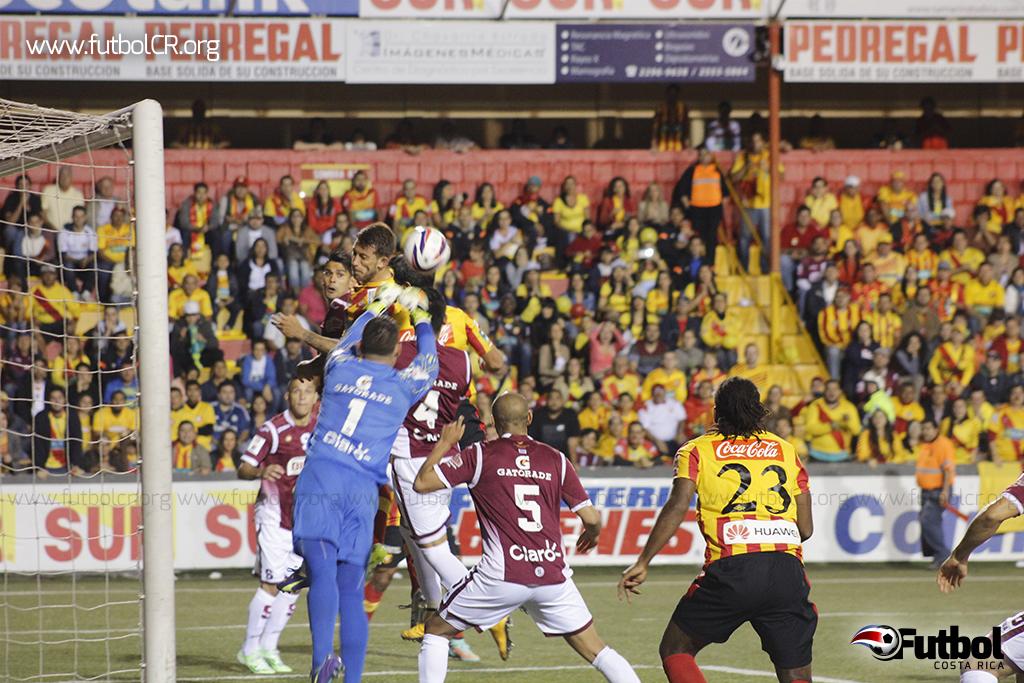 Danny Carvajal mostró seguridad bajo los tres tubos, aquí detiene remate a Sánchez.