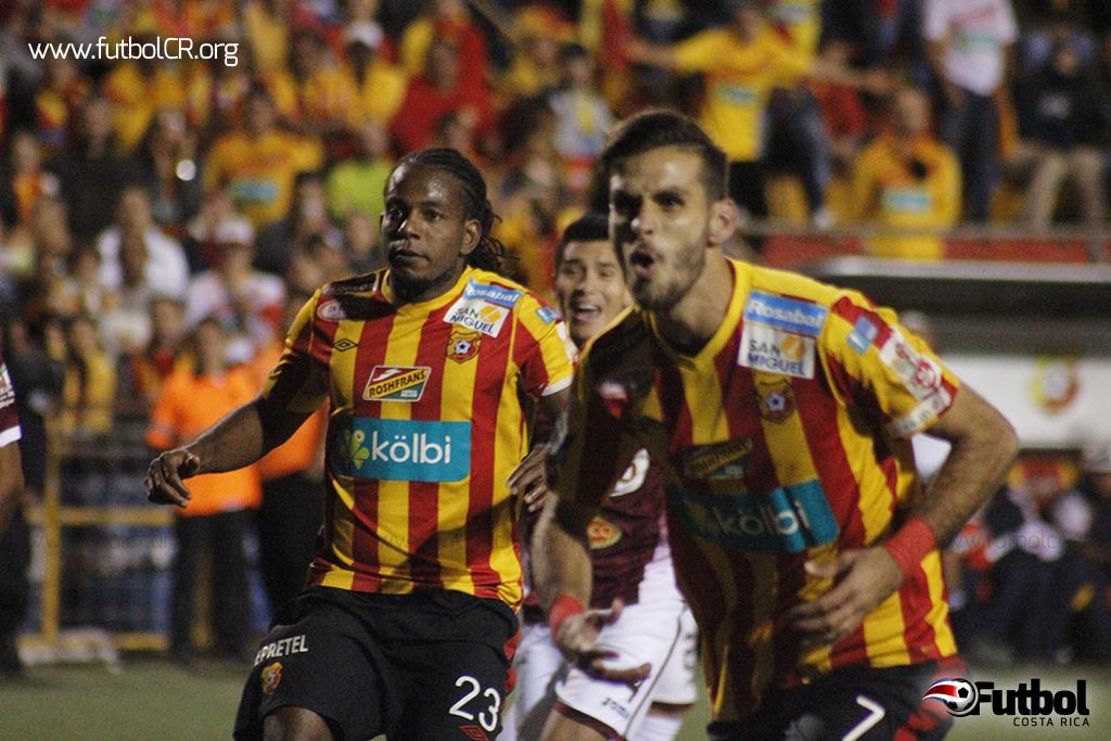 El rostro de Yéndrick Ruiz y Victor Núñez  tras el penal detenido contrasta con el defensor morado, al fondo. Herediano se congelaba.