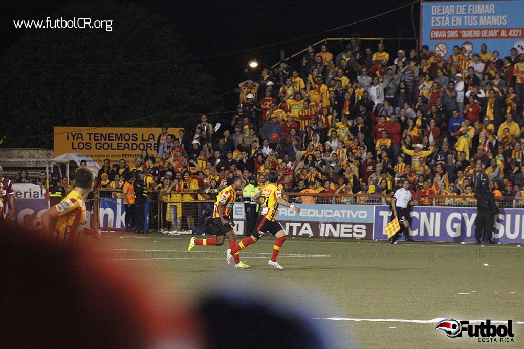 Salazar Alienta tras el gol a una afición que ya había perdido los ánimos, pero no la esperanza.