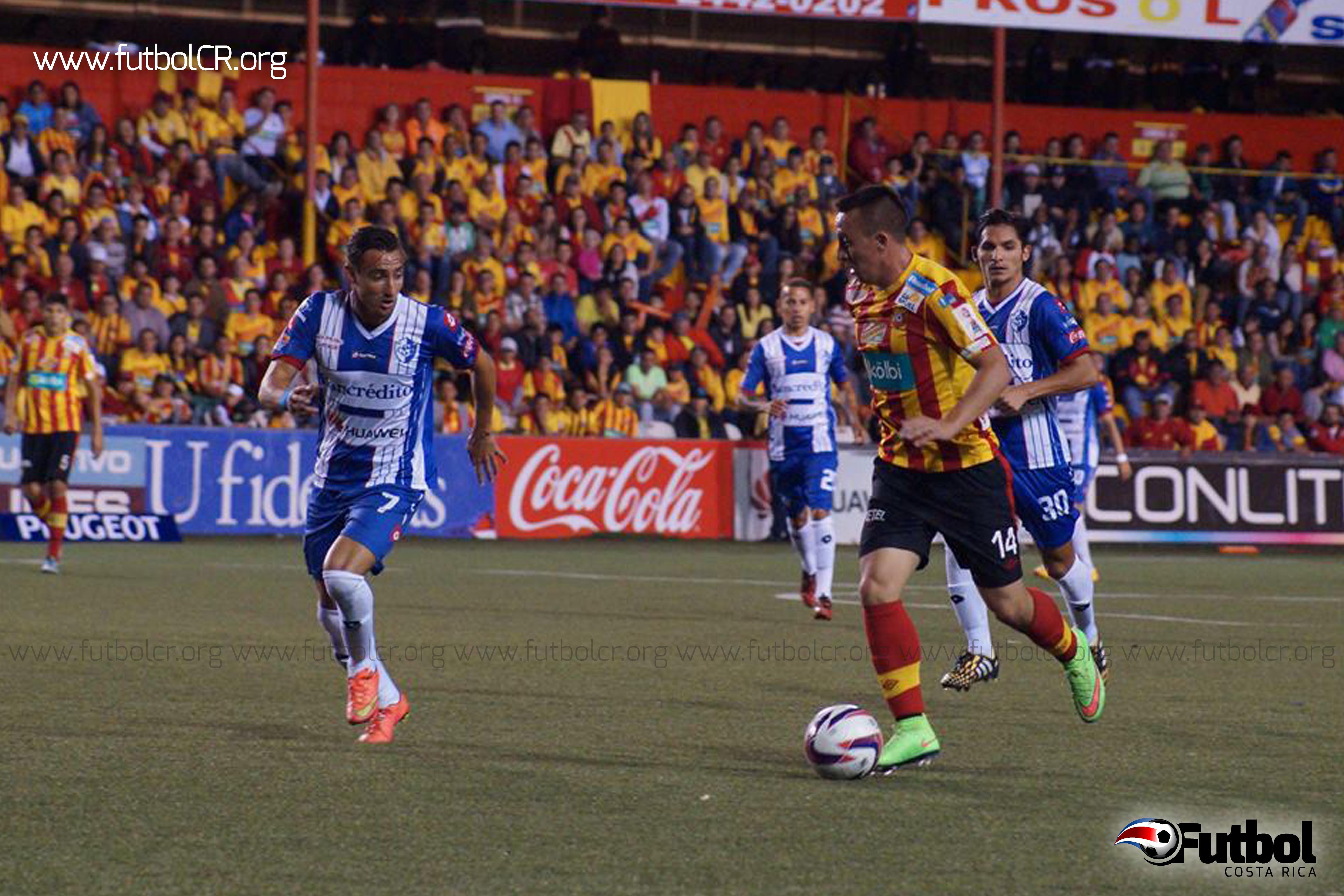 Momento que el rojiamarillo Antonio Pedroza controló el balón en un contraataque.