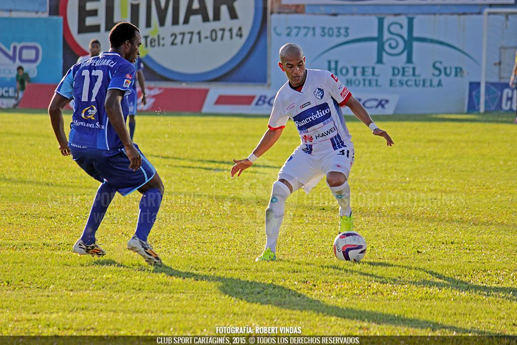 Johan Condega enfrenta la marca de un rival. Foto cortesía Robert Vindas, CSC
