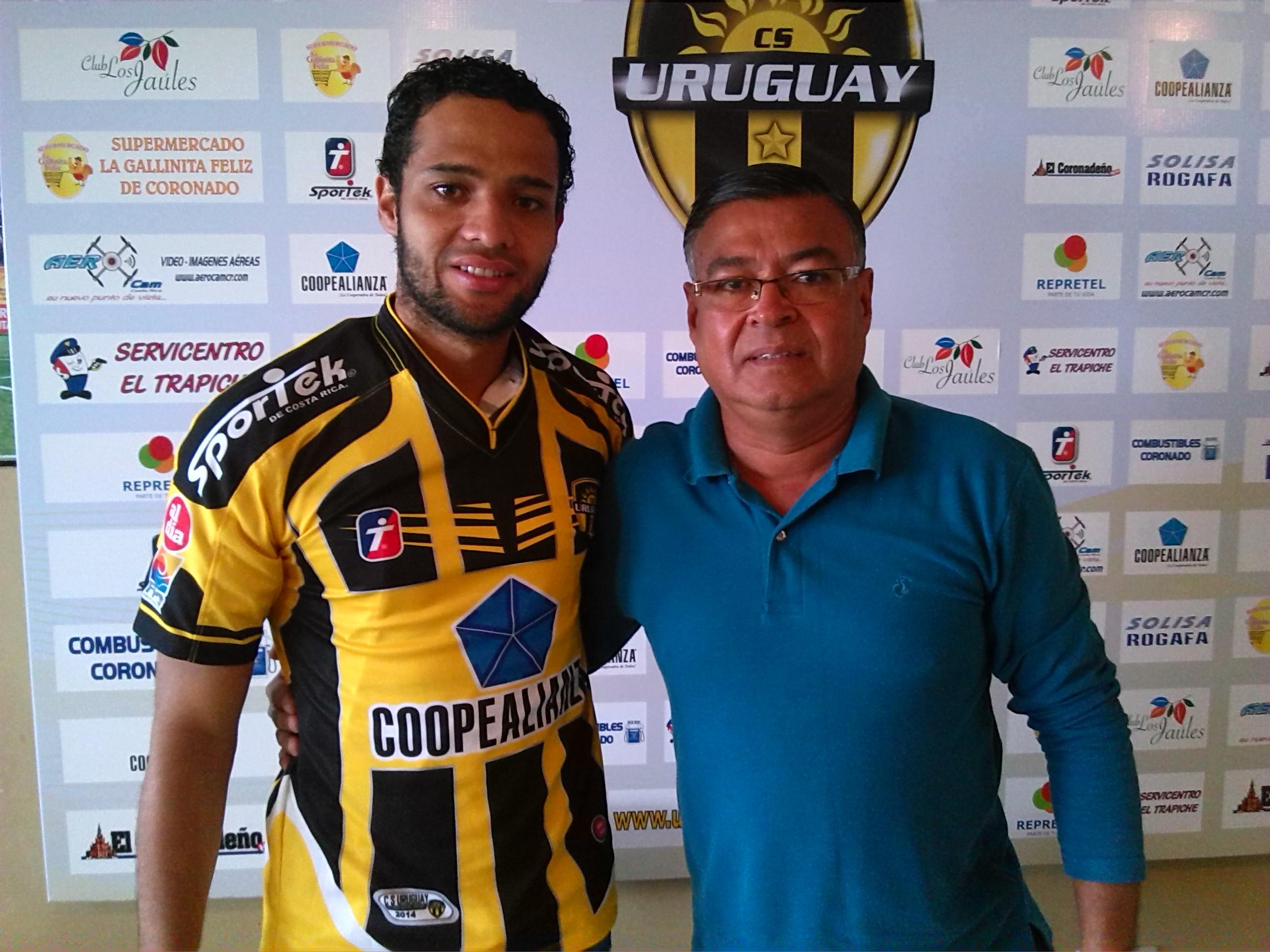 Ariel Santana posa junto a Freddy Campos, presidente de su nuevo Club. Fotografía Prensa CSU