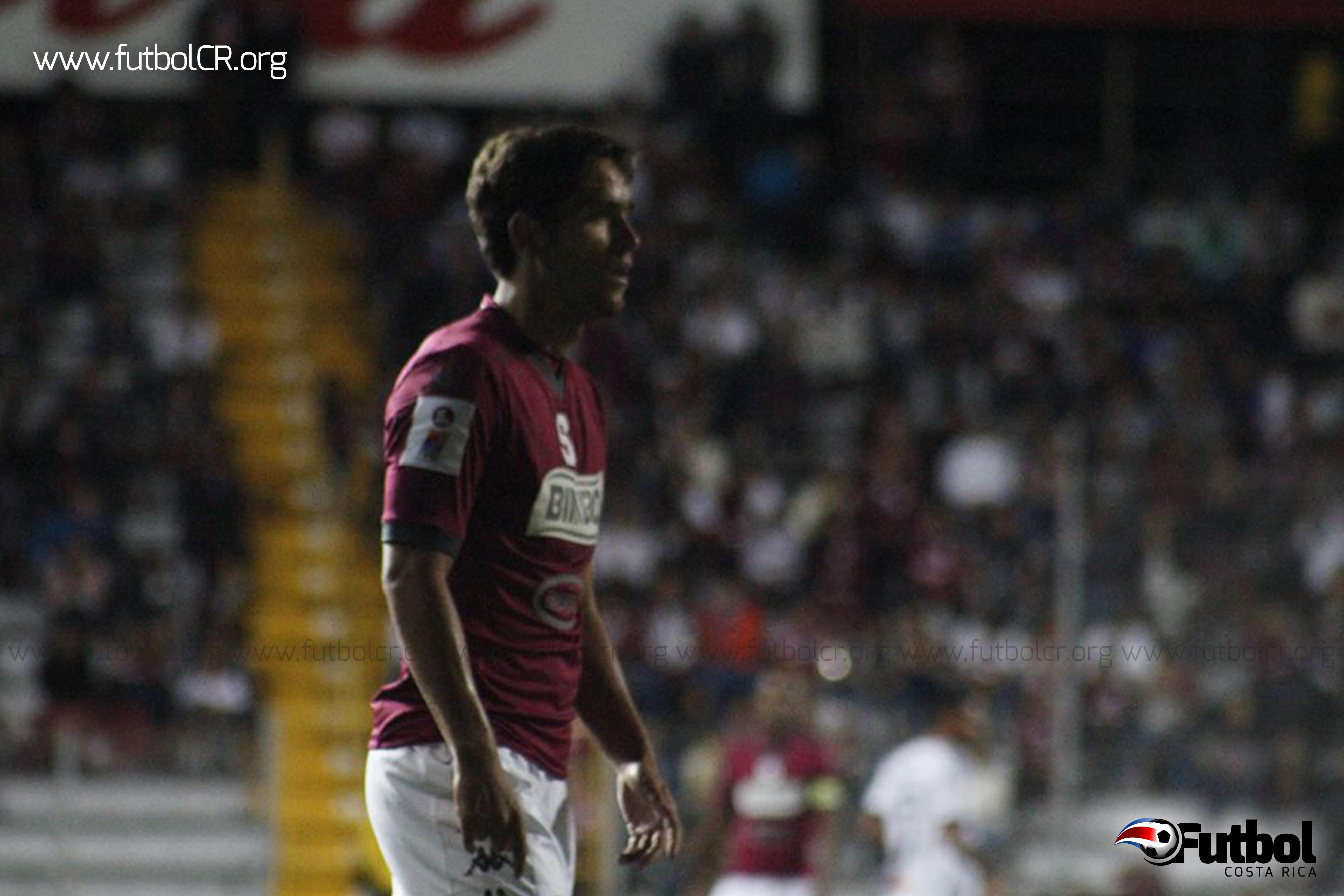Jonathan Moya en su debut con los morados fue determinante para la victoria, aunque no anotó, supo distraer.