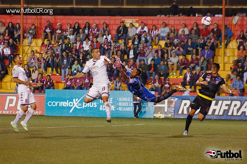 La racha goleadora de Guzmán no para y de cabeza selló la victoria de los morados.