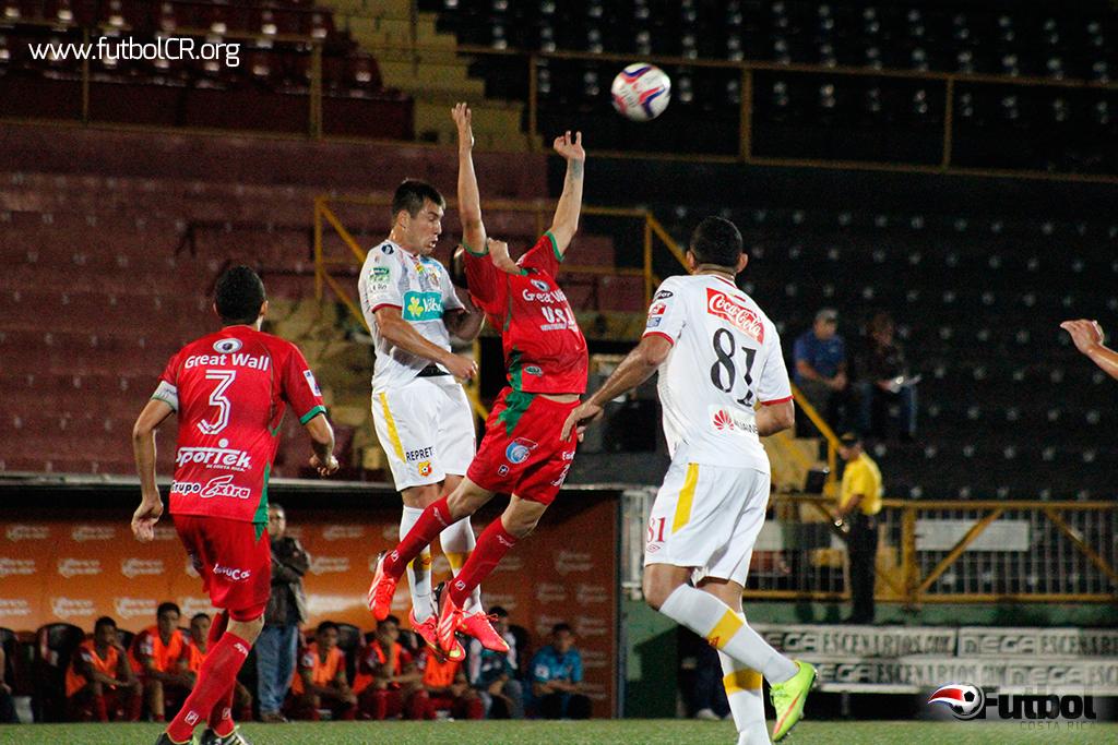 Tan pocas faltas se dieron en el encuentro que el árbitro central no sacó tarjetas amarillas. Foto: Steban Castro