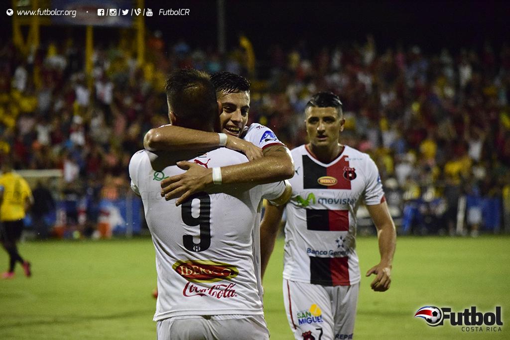 Un punto que los mantiene en la punta del campeonato. Foto: Steban Castro