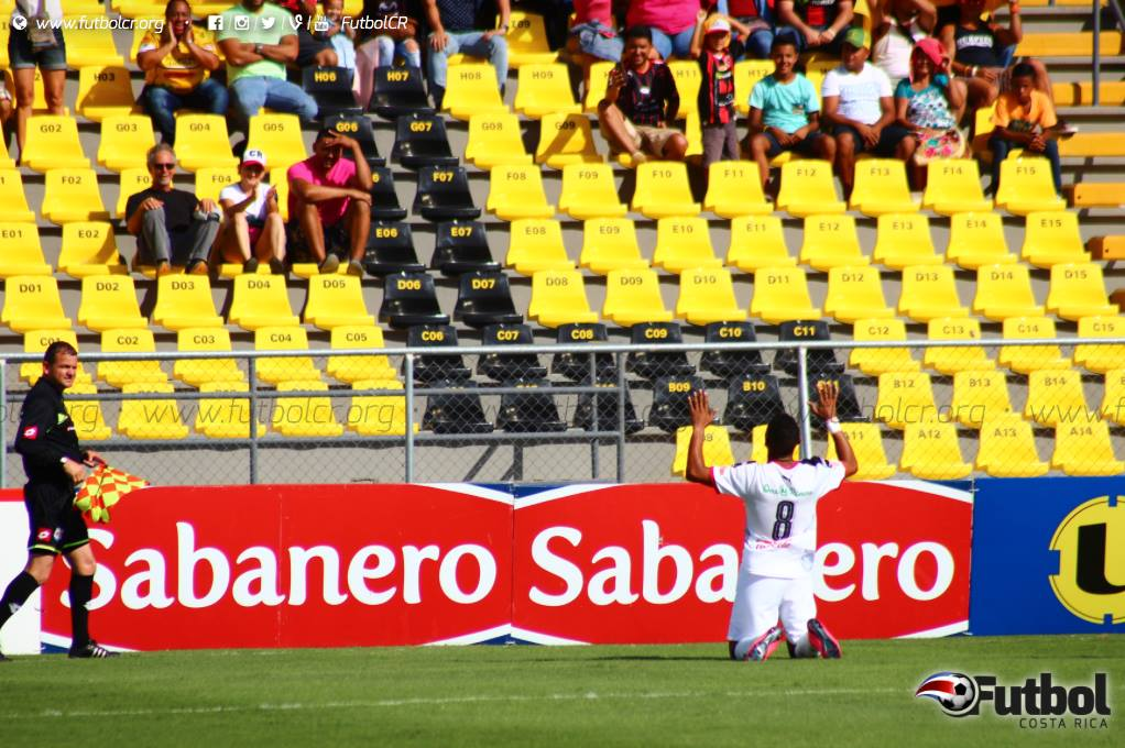 Con sus manos hacia el cielo y de rodillas Jossimar Pemberton (8) celebró su primer gol con los rojinegros. Foto: Steban Castro.