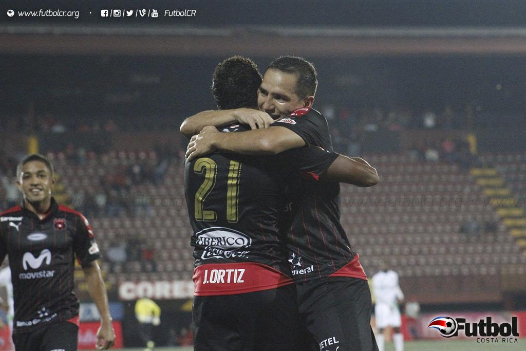 Un partido a la vez, así celebraron José Guillermo Ortiz y Diego Madrigal el primer gol de los manudos. Foto: Ruben Murillo.