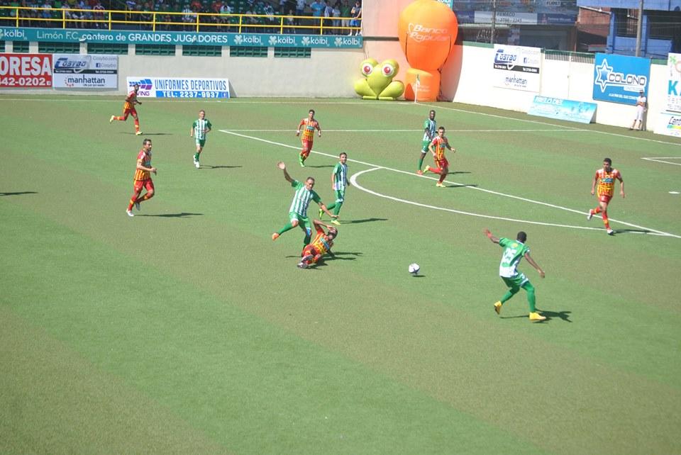 En la primera parte los rojiamarillos solo hicieron un remate y fue gol, los locales lo intentaron en ocho ocasiones. Foto: Prensa Limón FC