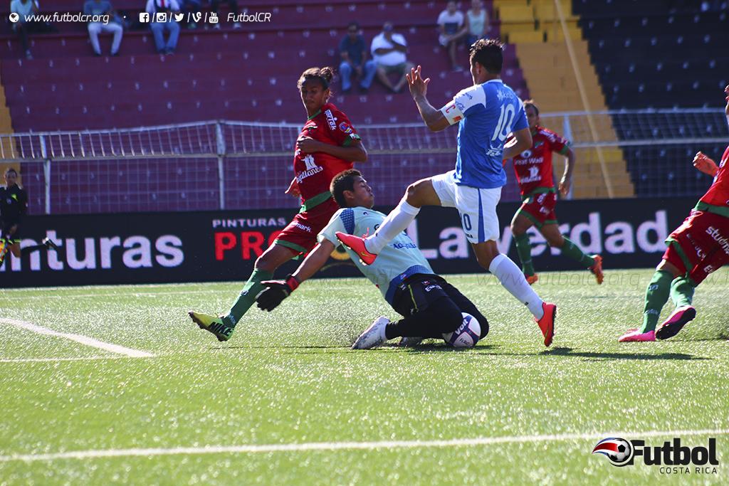 El capitán del Cartaginés (10) fue uno de los más participativos en los ataques de su equipo fue clave para el empate. Foto: Steban Castro