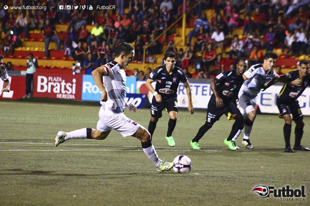 Desde la táctica fija Diego Madrigal empieza a convencer a los aficionados manudos. Foto: Steban Castro.