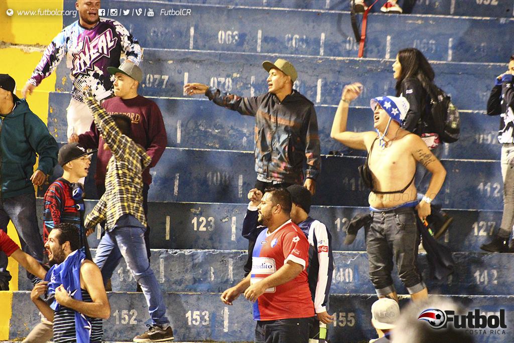 Sin duda el pleito de barras opaco el espectáculo, en las próximas horas UNAFUT dirá cuál será la sentencia por el juego. Foto: Steban Castro.