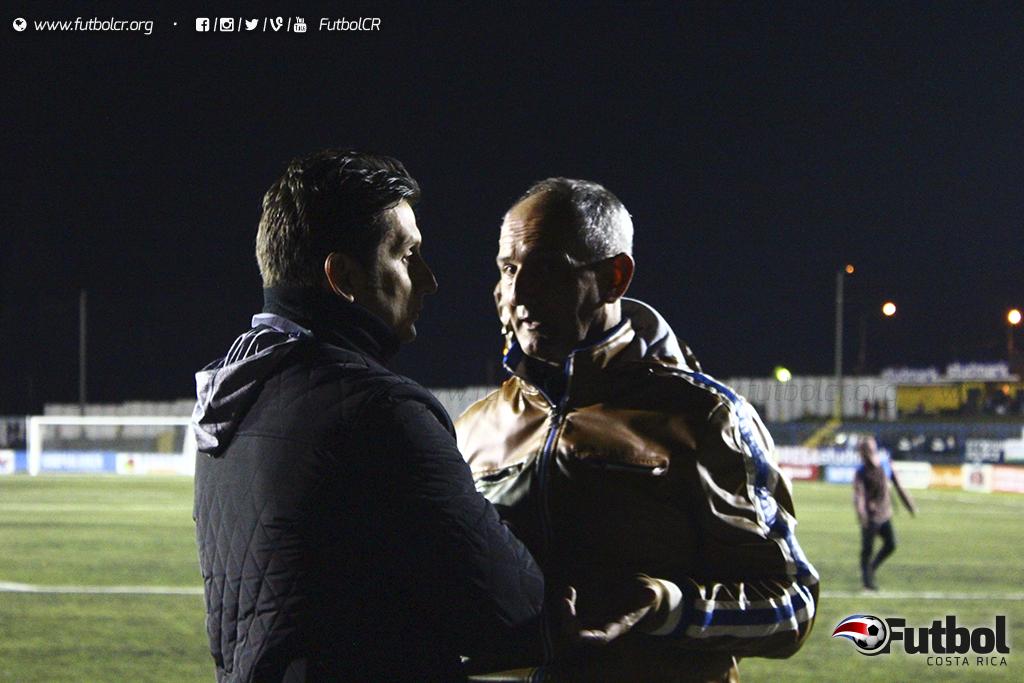 Los lecheros y carmelos empataron a dos goles en el Labrador, en lo que significó el ultimo juego de Daniel Casas con el cuadro Alajuelense. Casas habló con González  minutos antes de ser anunciada su destitución tras el juego. Foto: Steban Castro, Archivo.