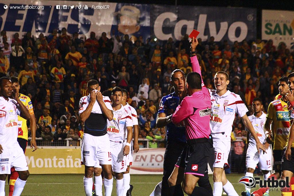 Junior Alvarado recibe la tarjeta roja por el penal que determinó el juego. Anthony Vargas reclama. Foto: Steban Castro