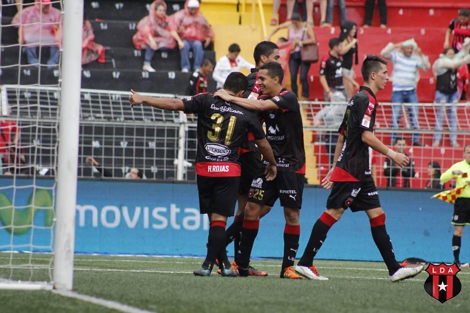 Con doblete. Harry Rojas demostró con sus goles que en Alajuelense hay buenos jugadores en la banca. Foto: Prensa LDA.