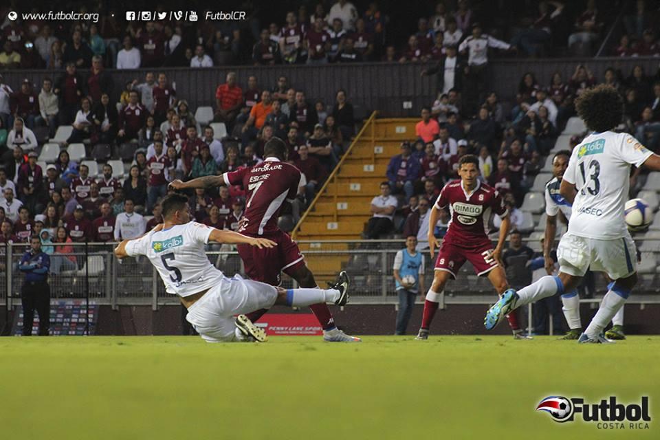 La sorpresa de Colindres dio con el remate de Escoe y así resolvió el segundo gol. Foto: Steban Castro.