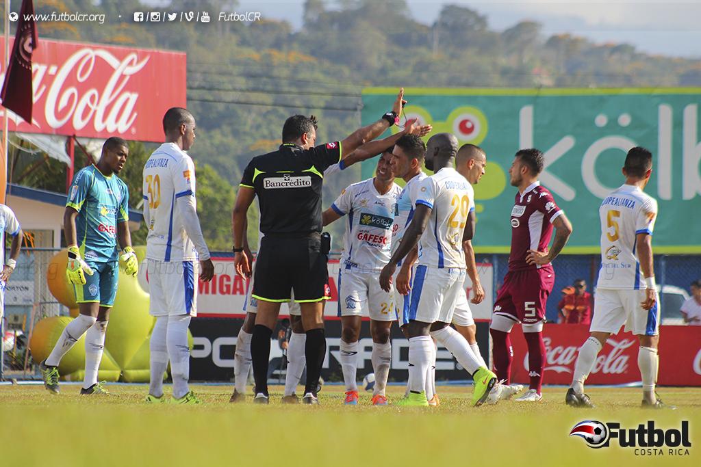 El arbitraje fue protagonista, pero para afectar el juego de ambos, no obstante los locales no cayeron en esos errores y consolidaron la victoria. Foto: Steban Castro.