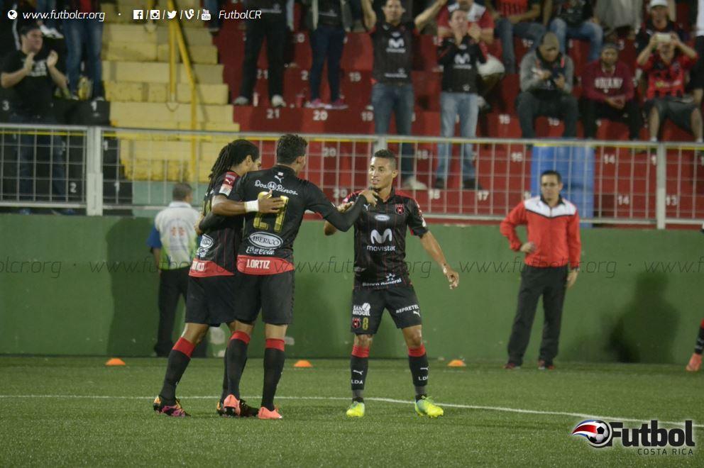 Una noche de contrastes, mientras consolidan una victoria más, pierden varios jugadores para el Clásico Nacional. Foto: Ruben Murillo.