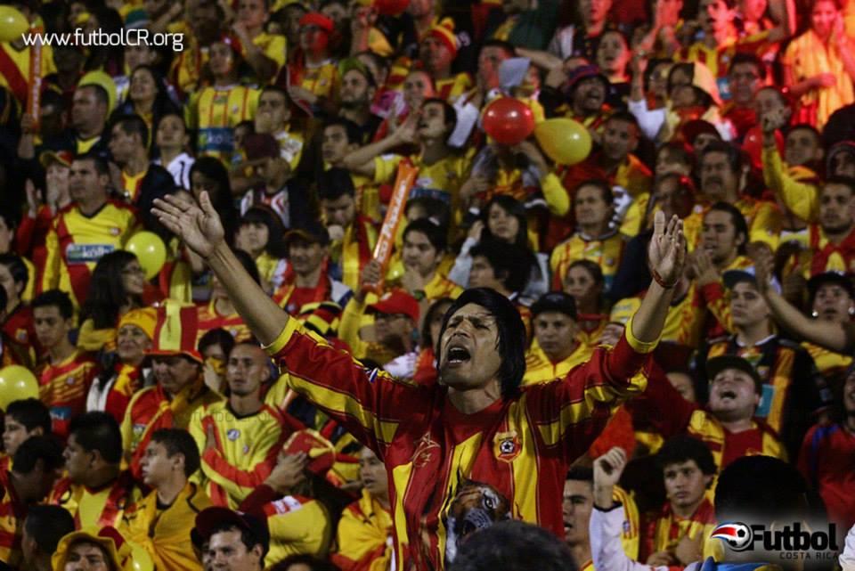 Incondicionales. Tanto fuera como dentro del Estadio Rosabal Cordero se espera una fiesta. Foto: Steban Castro - Archivo.