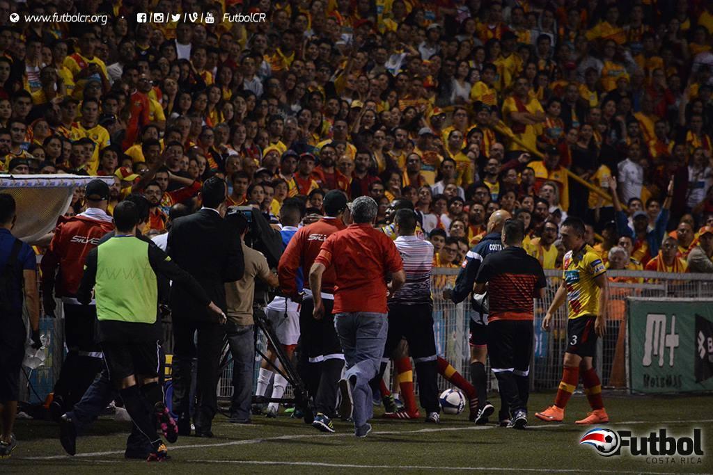 Tensión. En el complemento Luis Omar Hernandez se peleó con José Chan y por roja directa se perderá la final. Foto: Adrián Escalante.