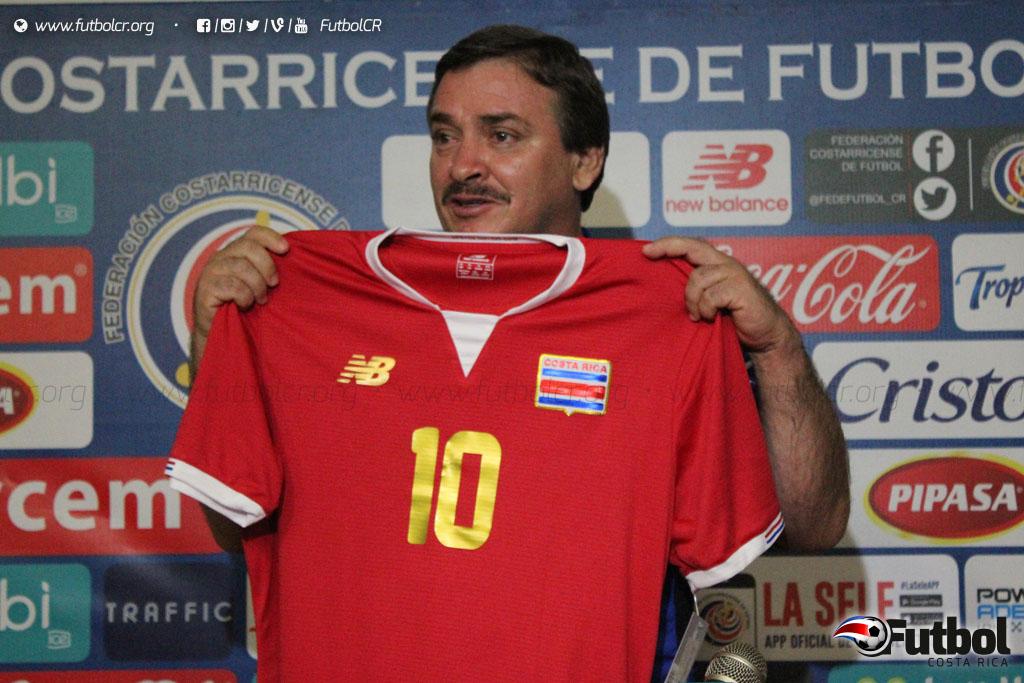Histórica. En la presentación Oscar Ramirez recibió una personalizada y recordó su faceta de jugador. Foto: Geovanny Segura.