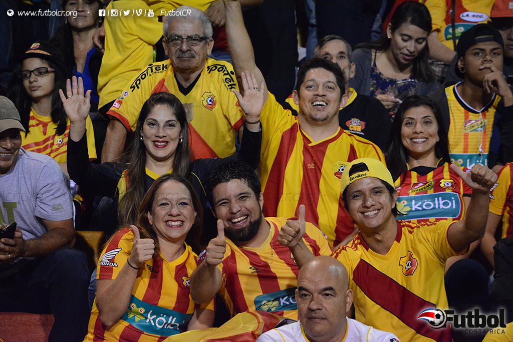 Cumplieron. Los aficionados rojiamarillos pasaron la prueba en apoyar al nuevo campeón. Foto: Adrián Escalante.