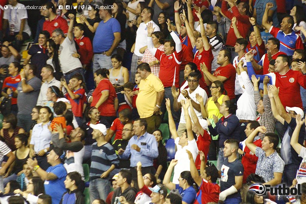 Un jugador más. Los aficionados no decepcionaron una vez más y apoyaron al máximo a La Sele. Foto: Steban Castro.