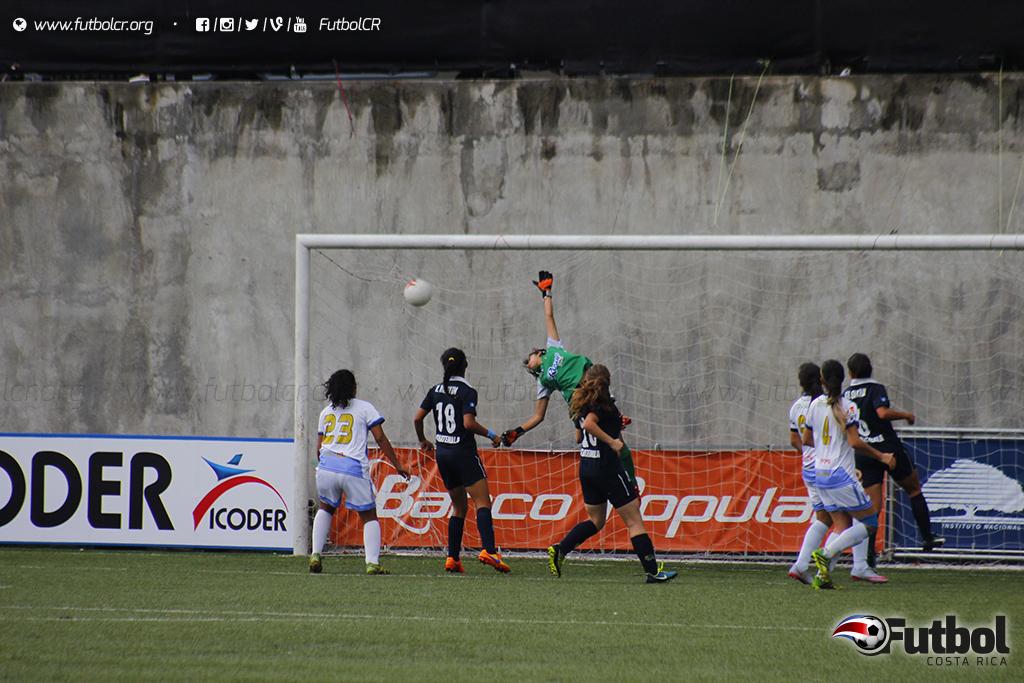 ¡Golazo! Daniela Coto(fuera de foco), la clavó así en el arco de Yoselin Franco para el único gol del juego. Foto: Steban Castro
