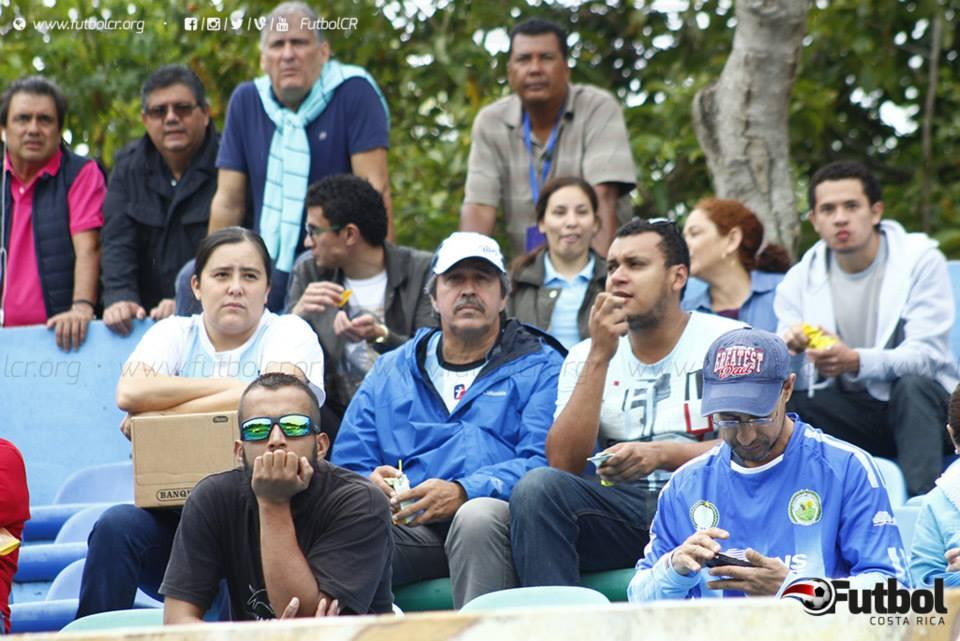 """Responsable. Gamboa siempre asistió a todos los juegos de la """"U"""" de local y varios de visita. Foto: Steban Castro - Archivo."""