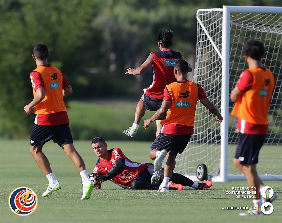 No pierden tiempo. Tanto Carvajal como Woodly entrenan intensamente para ganarse un campo en la titular. Foto: Prensa Fedefutbol.