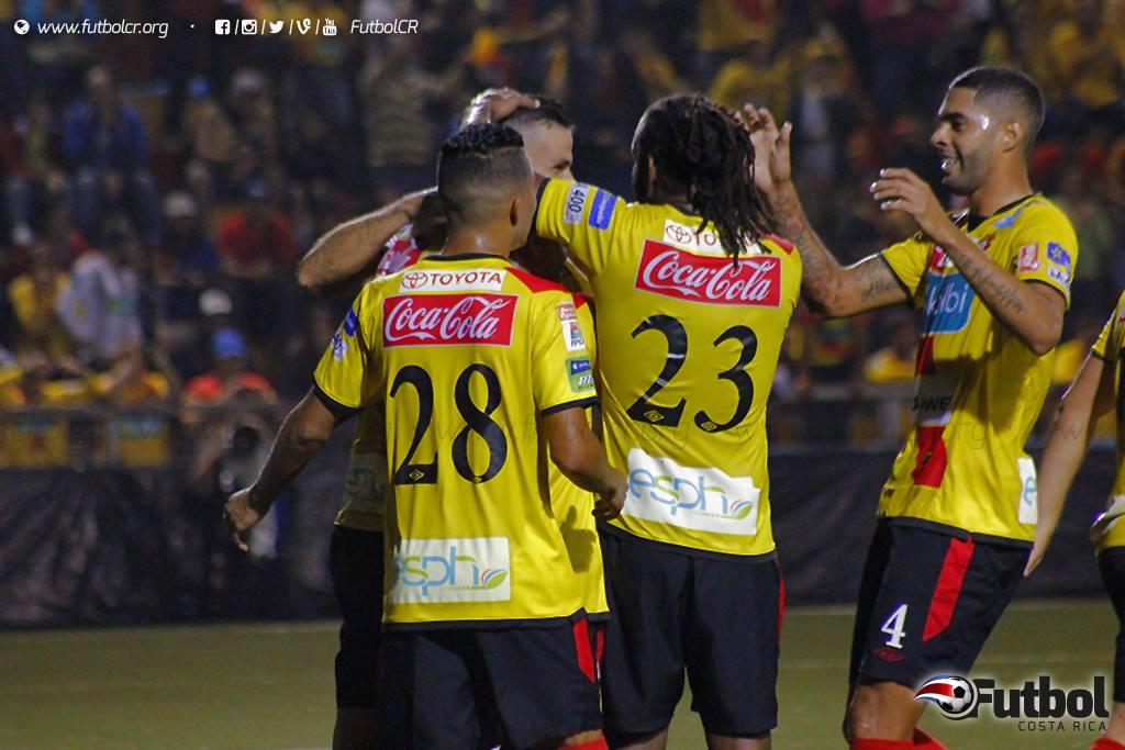 Desahogo. Después de muchas aproximaciones, Herediano pudo romper el empate por medio del penal de Ruiz. Foto: Steban Castro.