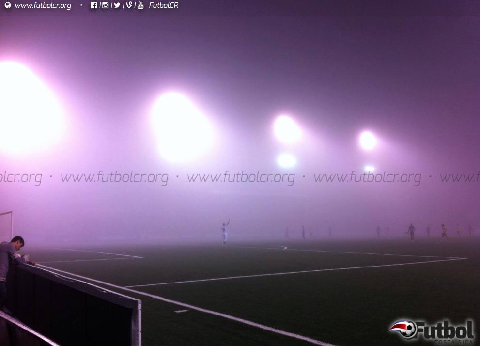 Confuso. La espesa neblina obligó a detener el choque por 6 minutos. Foto: Steban Castro.