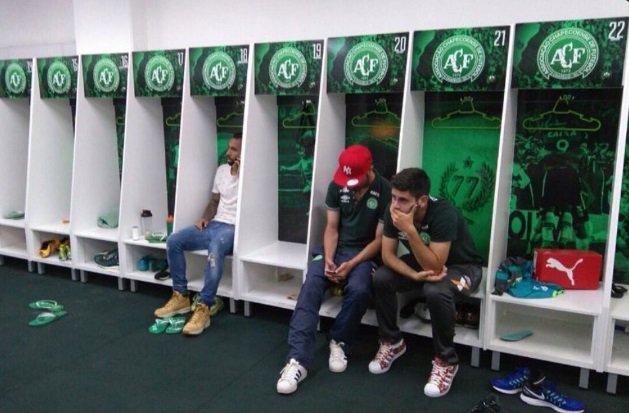 Jugadores de Chapecoense que no viajaron con la delegación en el camerino de su estadio. Fuente: Telemundo Sports