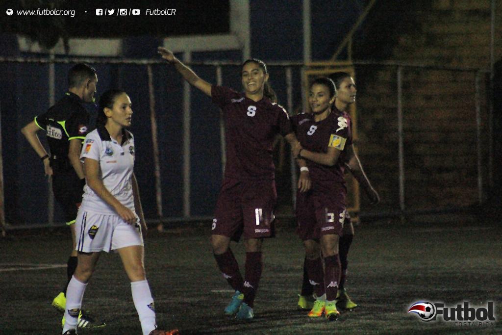 Fabiola Villalobos marcó de penal el primer tanto del encuentro. Foto: Steban Castro